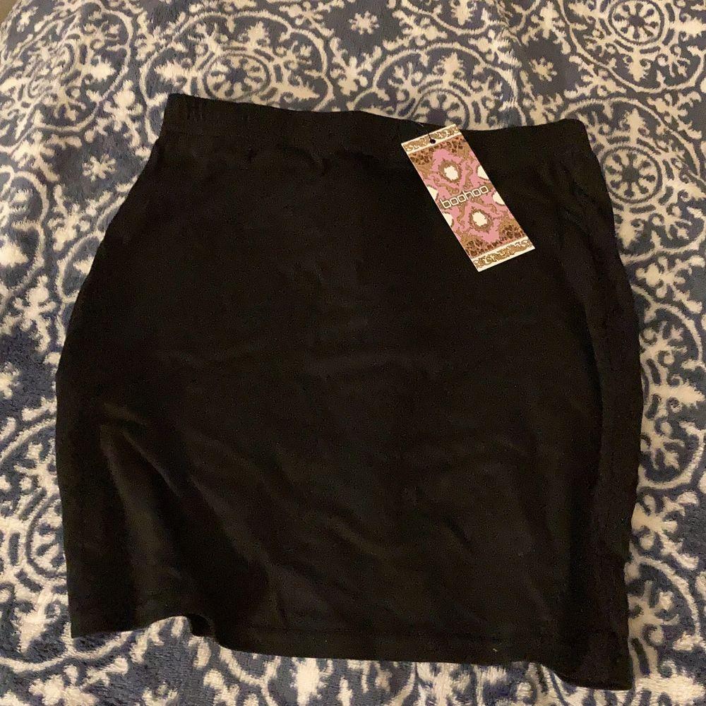 Tight svart kjol, från boohoo. Oanvänd, prislapp finns kvar.. Kjolar.