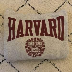Säljer nu min älskade Harvard Hoodie Lite vintage style och köpt på H&M (då de hade ett samarbete med Harvard) för 3 år sedan. Väldigt sparsamt använd, mycket fint skick, inga fläcka eller repor eller skrynkligar. Köparen står för frakten och betalning sker via swish💕 (Pris kan diskuteras)