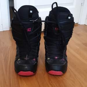 Svart-rosa snowboard boots. Storlek 38. Skorna är fina ,  men för stora för mig. De kommer att vara perfekta för dig!!! Om du är en nybörjare på att åka snowboard!!! Prova!! När du kommer att börja åka snowboard så kommer du aldrig att vilja sluta. Snowboard boots kostar oftast 3 000 kr, men här så betalar du bara 700 kr!!! Det är en great deal!!!
