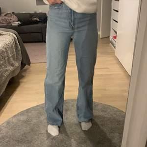 Straight/wide leg jeans som tyvärr inte används längre då jag har flera liknande par. Köpta för 300kr på hm. Men bud tas emot! 66kr i frakt som köpare betalar!