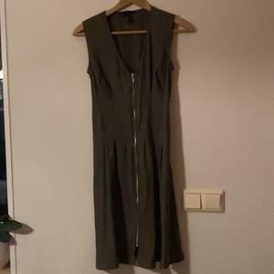 Olivgrön klänning från h&m