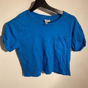Kort blå t-shirt i fint skick💙riktigt skrynklig men stryks såklart innan jag postar!!