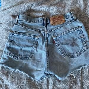 säljer mina super fina levis 501 shorts. älskat dem så mycket men dem har tyvärr blivit för små. :( finns ingen storlek men skulle säga runt xs och runt waist 24. köpta second hand så kan inte garantera äkthet. frakt tillkommer på 48kr.💗💗💞