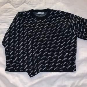 Snyggaste tröjan från Zara! Fint skick. Strl M men passar S också. Liiite croppad fast inte alls mycket 💓💗 skickar fler bilder vid intresse