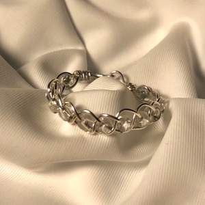 Handgjord ring av mig, den är flätad med pärlor. Innerdiameter är 19mm. (Den är silverpläterad, så undvik att tvätta händerna med den på)