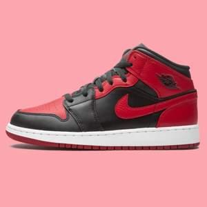 Säljer flera storlekar jordan 1 mid banned. Alla skor är oanvända och självklart äkta. Storlekar (som finns kvar): 38, 44. Skicka ett meddelande vid frågor eller om du vill köpa 😊