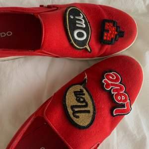Röda sneakers köpa på Aldo i Dubai. Har patches som man kan ta av och sätta på som man vill!! Står ingen storlek men passar 38,5 eller 38🤍