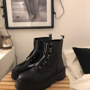 Skitcoola boots med dragkedja och hål för snörning från Pull&Bear. Passar till byxor såväl som klänning och kjol. Storlek 37 och jättesköna! Använd ett 10-tal gång och säljer då jag köpt nya!