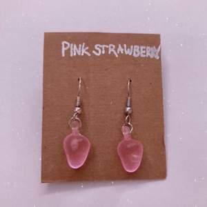 """Örhängen """"Rosa jordgubbar""""  (Handgjorda) Pris:25kr Frakt: 12 kr (postnord) Beställning sker i vår egna webbshop! (Länk i profilen) eller här"""