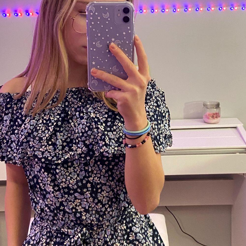 Jättefin jumpsuit med knyte i midjan från h&m. Väldigt härligt och fladdrigt material som passar perfekt till sommaren ☀️ säljer pga att den är för liten, använd bara ett par gånger. . Klänningar.