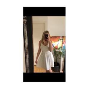 Fin vit sommarklänning från märket Chiara Forthi i storlek S. Perfekt till student eller avslutning! Öppen rygg.