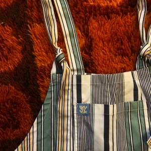 Säljer dessa jättefina hängelbyxor från märket Lucy & Yak, då de tyvärr aldrig kommer till användning. De är i nyskick och såå fina! Storlek S med benlängd 32. Skulle säga att de passar upp till M. Benen är upprullade på bilden för de var lite långa på mig som är 162 lång, men det går att rulla ner de igen! Går att mötas upp i Hagfors eller så skickas den med posten där köparen står för frakten!