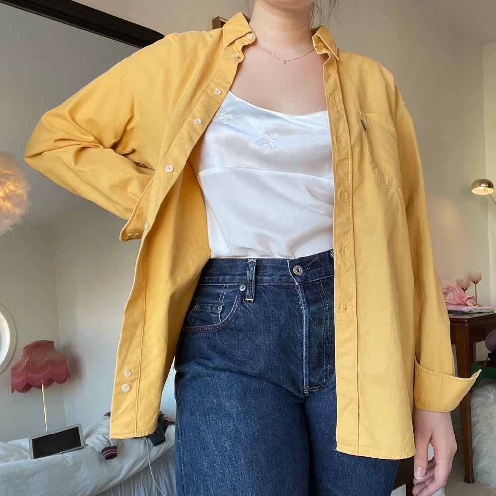 Gul skjorta i större storlek (L) i ett tyg med lite textur, se sista bilden💛. Skjortor.