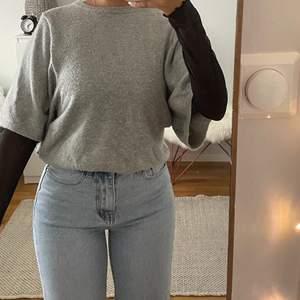 Ljusgrå stickad tröja med korta ärmar💘 Storlek M men sitter bra på mig som vanligtvis är S