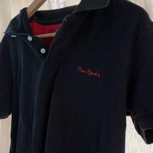 beställdes för inte alls länge sen men beställde i fel strl då jag säljer den vidare.  skit snygg tröja som passar verkligen allt och alla. köpt för 599kr säljer för 60kr + frakt (66kr) strl M men passar xs- m skulle jag säga