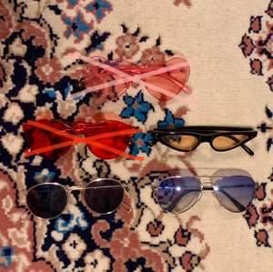 (DE ROSA & RÖDA ÄR SÅLDA) 3 stycken solglasögon i olika färger och modeller 💄 Ett par gula smala kattögon formade spetsiga solglasögon med svart ram och gult glas som är såå snygga till en 90s-00s outfit som behöver den lilla extra accessoaren! Ett par timeless solglasögon från Weekday med mörkt glas och guldram som man vet alltid kommer att fungera till vad som helst! Slutligen ett par blåa solglasögon med den klassiska och ikoniska pilotglasögon modellen för en chill men put together look! 20 kr för 1 par och 30 kr för 2 par! Alla dessa tar outfits med olika stilar till en helt ny nivå och gör att outfits kan få en helt ny eller elevated vibe!