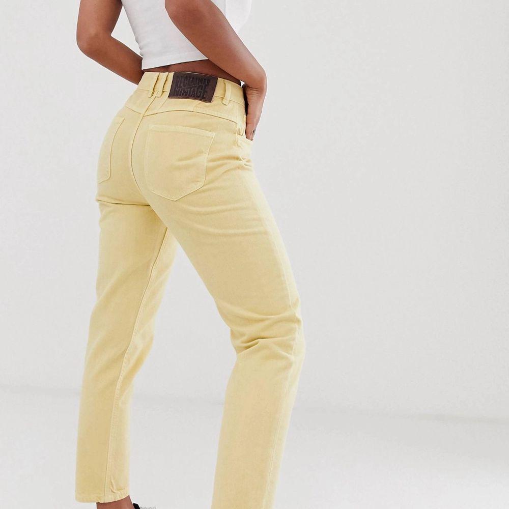 🌻💛Gula jeans från ASOS. Använda vid 2 tillfällen. Köparen står för frakt🥰. Jeans & Byxor.