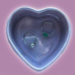 Egengjorda ringar! En med en grön stjärna och den andra en pärla i silverfärgat som tråden. Båda är 16mm breda. Säljer för 30kr styck + 12kr i frakt🌼