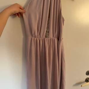 En ljusrosa klänning använd en gång ( min systers bröllop ) lite öppen fram men öppen bak i ryggen! Storlek M