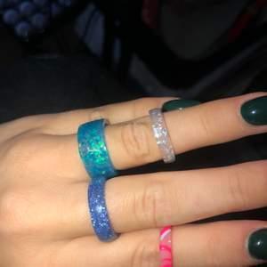 Ringar som jag gör av uv- gel som man använder till gelé naglar. Kan göra typ alla färger, mönster, och tjocklekar. Nya trenden! 💕💓💝