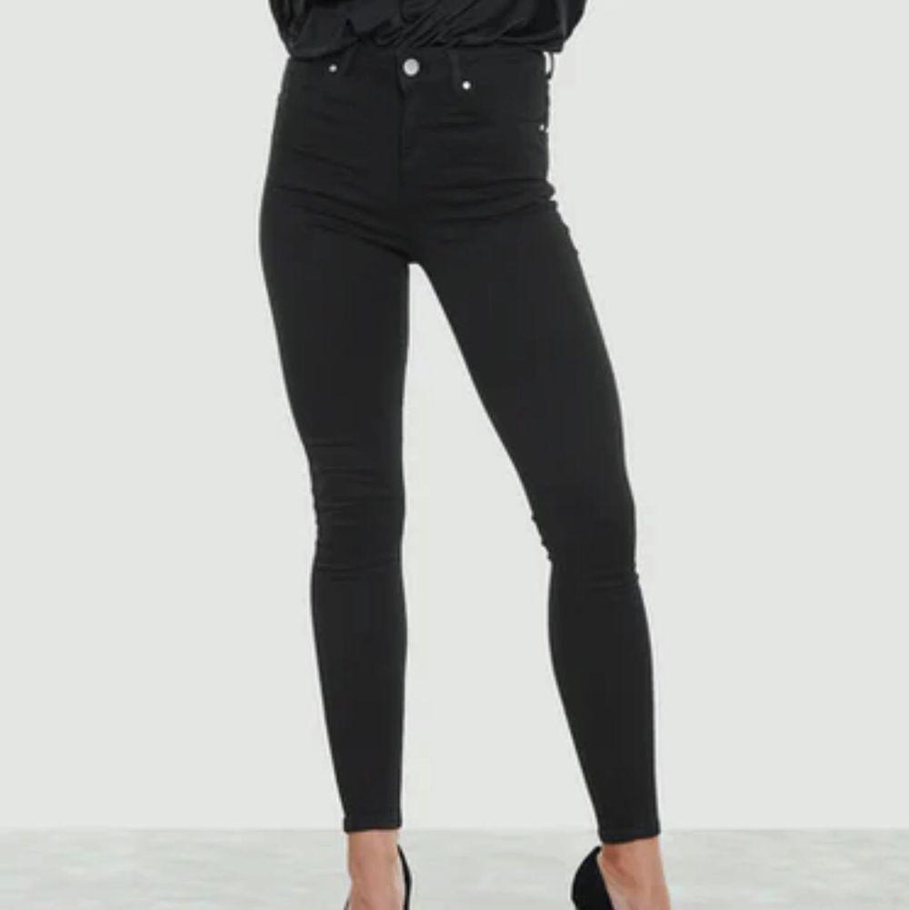 Svarta skinny jeans från nerver denim. Dessa är samma modell som de inlägget innan fast utan hål. Storlek XS. Säljer på grund av att de blivit för små. 💕KÖPARE STÅR FÖR FRAKT💕. Jeans & Byxor.