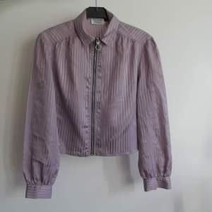 En 2hand blus. Skitnsygg croppad med en kjol/byxor.