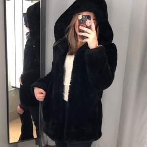 Säljer min supermysiga mjuka/fluffiga jacka som är i jättefint skick. Har två rymliga fickor och en stor mysig luva plus att det är varm så man kan ha den i kallare väder🧸🖤 kan fixa mer bilder om det önskas🥰