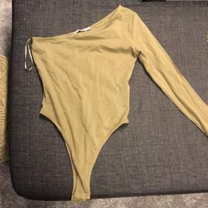 Skitsnygg body från nakd i storlek S . Det är en stor storlek S och skulle säga att den passar M också. Den är militärgrön i verkligheten. Nypris för denna var 250kr så säljer den för 100kr + frakt