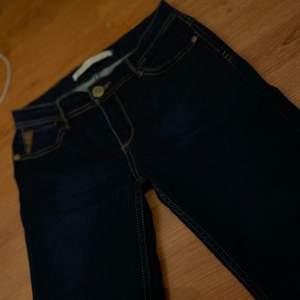 Snygga och nya jeans, superskönt material, tyvärr för liten storlek för mig. Säljes för 100kr, frakt tillkommer ❤️