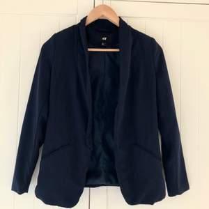 •Marinblå blazer/kavaj från H&M med axelvaddar •Gott skick