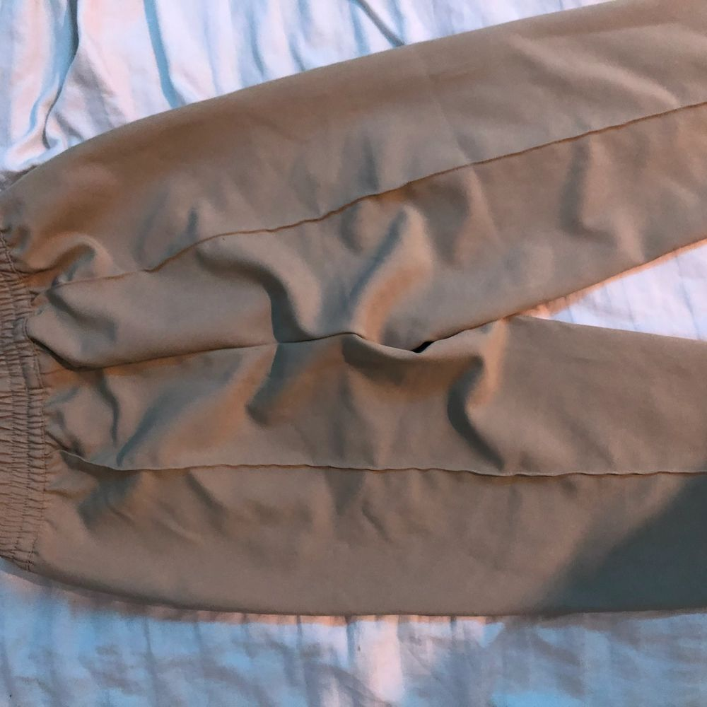 Säljer mina kostybyxor ifrån nakd då de är lite för korta för mig(är 172) jättefint skick då jag knappt fått någon annvändning av dem🤍. Jeans & Byxor.
