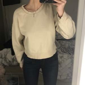 Säljer en helt basic beige sweatshirt köpt från Zara! Inga skador, knappt använd, som ny.