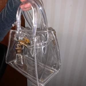 Genomskinlig väska nyckeln är en dekoration