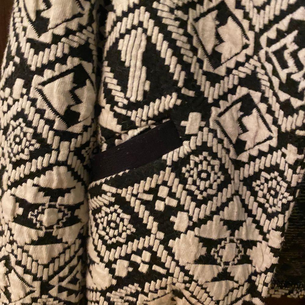 Säljer nu fina fina sköna kofta från ONLY då den aldrig kommer till användning!. Tröjor & Koftor.