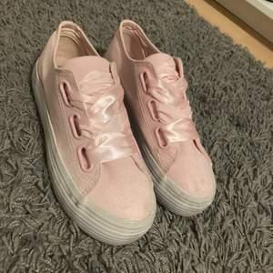 Ljus rosa skor med breda siden-snören❣️storlek 38❣️använda ca 2 gånger❣️säljer då dom inte kommer till användning❣️ ordinarie pris 279kr mitt pris 100kr❣️