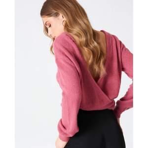 """NA-KD fint """"Back overlap knitted sweater"""" rosa stickad tröja i akryl/ull/mohair blandning. Jätteoversize storlek XS som passar st. S/M Denna är jättefint på. Fint skick och inget att anmärka på.  (Slutsåld på NA-KD)  * RÖKFRI OCH DJURFRI HEM*"""