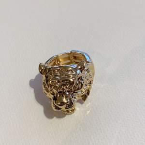 Säljer två skitcoola ringar som ser ut som lejon!! Hittade dom hemma så vet inte vart dom är ifrån, dom ser helt nya ut och är justerbar. Köp direkt för 100💗
