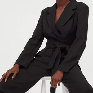 Super snygg jumpsuit i crêpes kvalite snygga raka ben ankel längd omloot vid byst   Nytt   peis 266kr inkluziv spårbar frakt kan hämtas på plats också 200kr