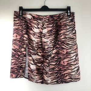 kjol i satin med tigermönster o slits 💞