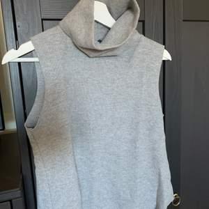 Superfin väst från zara💓 nyskick, köpare står för frakt! Strl.S men passar xs☁️ snygg till ett par lågsinnade jeans eller skjortklänning under