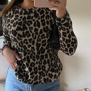 En fin leopard tröja från Ginatricot! Använd ett fåtal gånger men fortfarande i bra skick.. Väldigt skön material och passar perfekt till våren. Hör av er om ni är intresserade eller har några frågor🤎