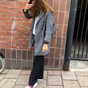Mönstrad dubbelknäppt kappa från Zara i mycket bra skick! Storlek S - Frakt ingår i priset 💘