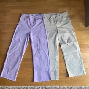 Intressekoll på två par jeans i lila och beige! Båda har samma passform (raka) dem lila är i S och dem beiga är i M, pga att dem beiga är mer styva i materialet och de lila mer stretchiga och därav att jag var tvungen att ta en större storlek i dem beiga men dem sitter exakt likadant💗☺️ buda vid intresse
