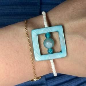 Nu säljer jag detta handgjorda armband. Tråden är elastisk så går att stretcha ut ganska mycket. 25 kr + frakt 💕💕Vill du designa ditt egna armband så är det bara att kontakta mig i pm och så kan vi komma överens om något☺️