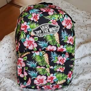 Blommig vans-ryggsäck i såå fina färger! Sparsamt använd så fortfarande i bra skick. Hör av er om ni har några frågor😇