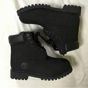 svarta timberlands med mörkbrun sula! i använt skick och vissa skråmor finns på framsidan utav skon, därav det relativt låga priset! köparen betalar för frakten! ❤️