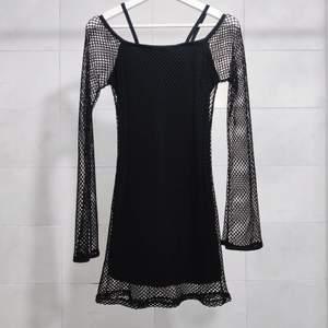 Unikaste vintage nätklänningen med utsvängda ärmar!! 🖤🔥 I jätte bra skick. Gör så ont att sälja men är inte riktigt en klänning girl 🤧Storlek XS (Referens 160 cm storlek XS) 📏 Frakt tillkommer 💌  ⚠️ OBS upplagd på andra sidor först till kvarn ⚠️