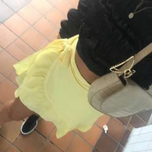 En skit gullig volang kjol ifrån vero Moda som jag endast använt 1 gång! Strl M. Skriv för fler bilder