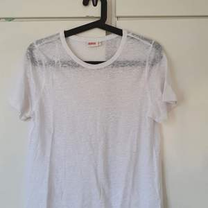 T-shirt i vitt nästan genomskinligt tyg, jätteskön från dobber💕Köparen står för frakt