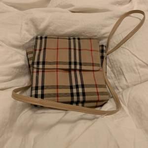 inspirerad crossbag burbery väska från humana
